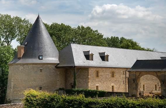 Le gîte du pont avec piscine privée et terrasse surplombant les douves - Charbogne - Ardennes