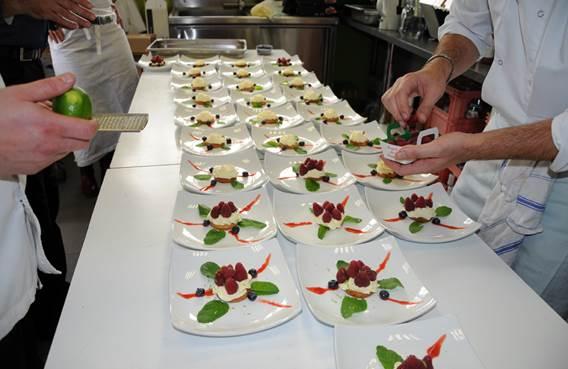 préparation de plusieurs assiettes