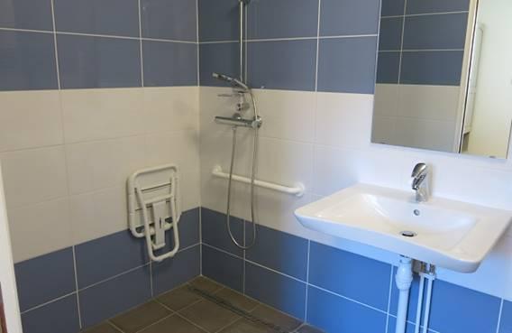 Gîte Nature et Sens : salle de bain pour PMR