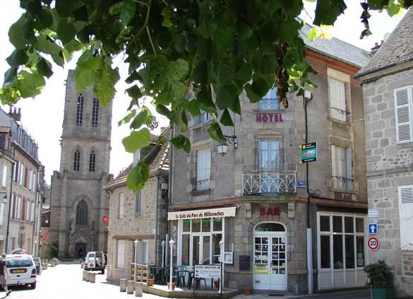 Notre établissement se situe sur la place principale du village