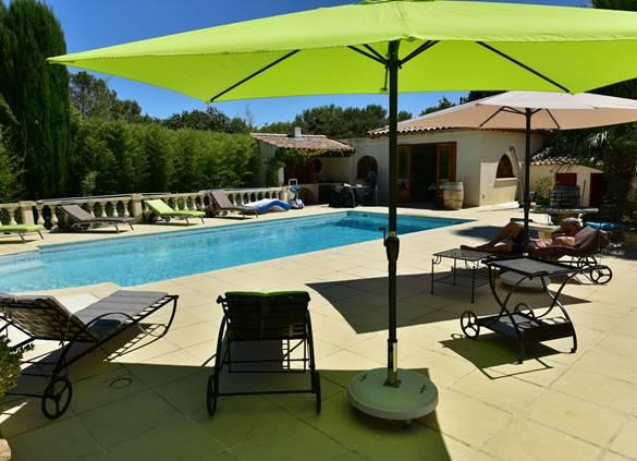 casadina-parasols-piscine-sommieres