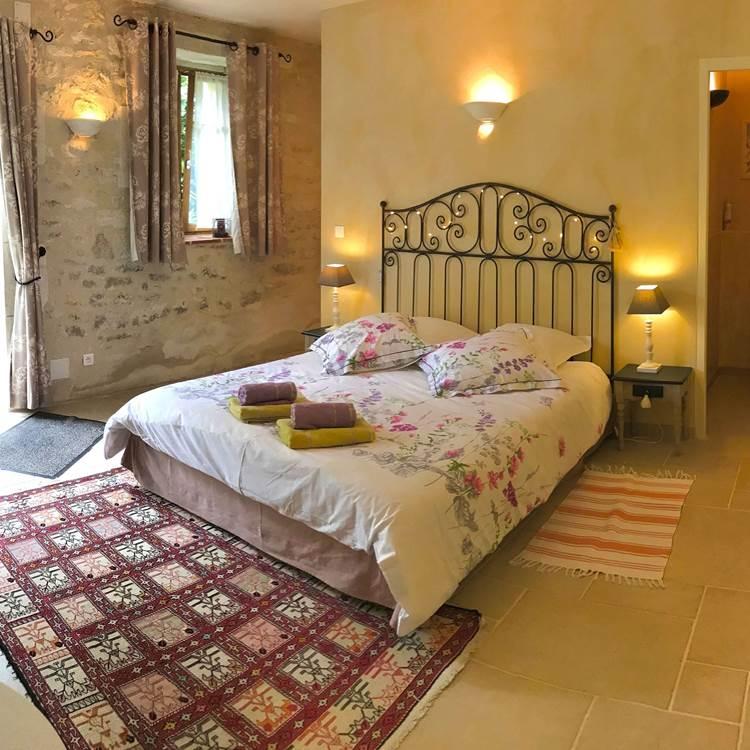 Chambre Fleur de Vigne, grand lit de 160, salle d'eau avec douche à l'italienne