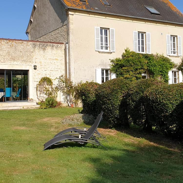 Profitez du calme pour un moment de repos dans le jardin du Clos Poulain