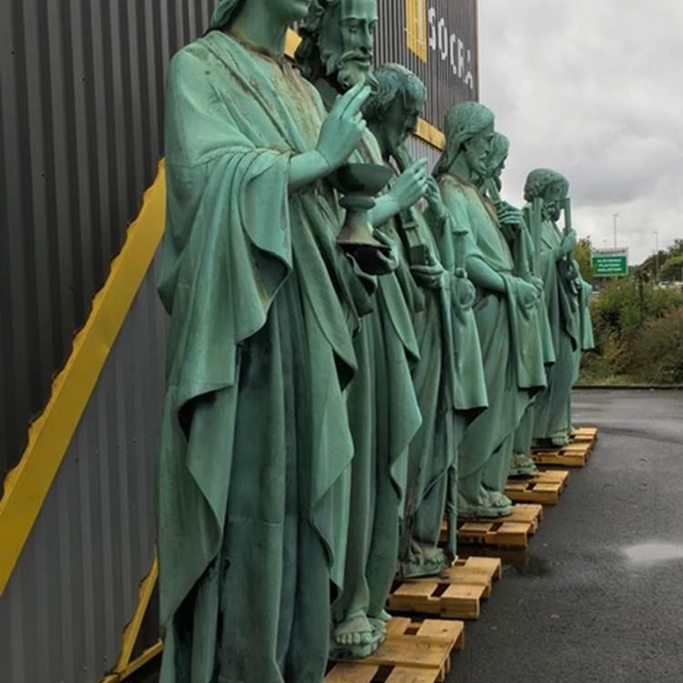 Les statues des apôtres miraculées devant l'atelier de restauration de la SOCRA