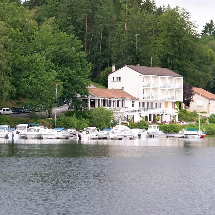 hotel-la-caravelle-facade-peyrat-le-chateau-420871