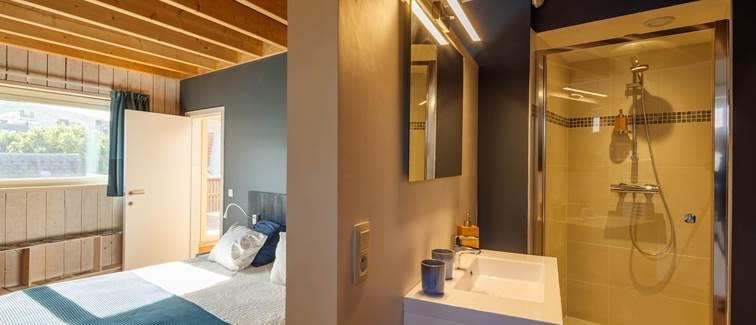 le lit et la salle de bain