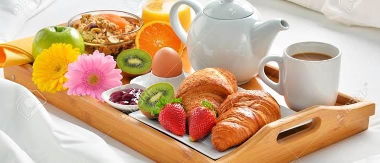 75570589-plateau-de-petit-déjeuner-au-lit-dans-la-chambre-d-hôtel-