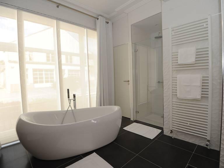 baignoire central et douche chambre  suite junior