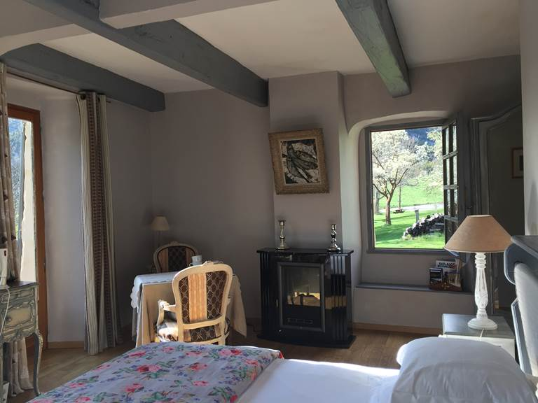 La chambre Ubaye avec la vue sur le jardin et les montagnes