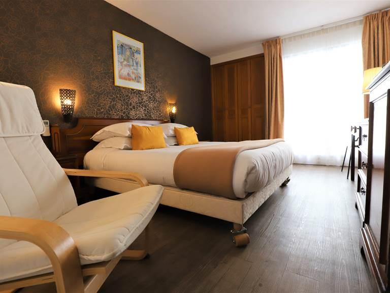 Spacieuse chambre double avec petit balcon (lit queensize 160cm)