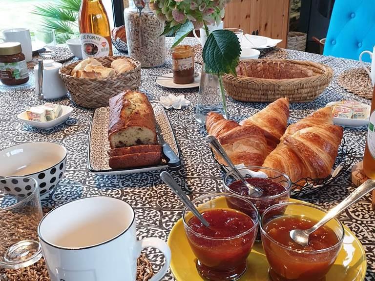 Le petit déjeuner continental servi chaque matin dans la véranda vue sur le jardin