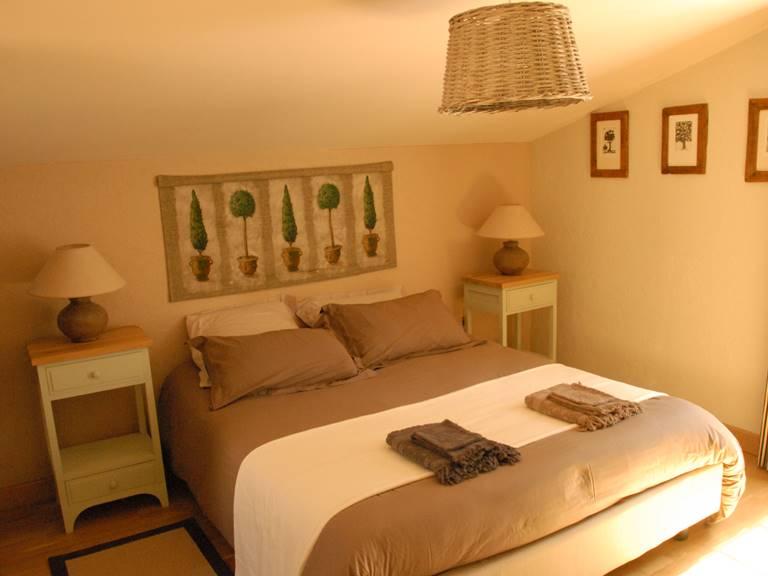 Chambre avec lit grand confort en 160 cm