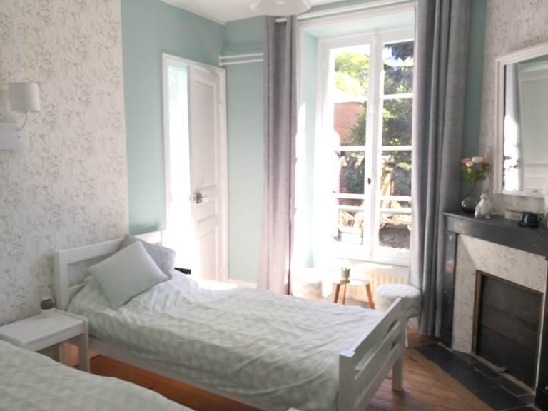 Maison Courbarien - chambre Jade avec 2 lits simples - vue d'ensemble