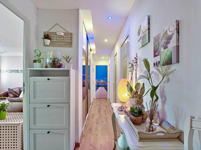Hall d'entrée avec les 2 chambres thématiques (Bambou & Naturelle)