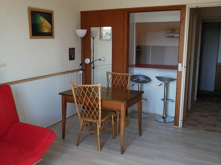 Salon coin salle à manger donnant sur cuisine ouverte