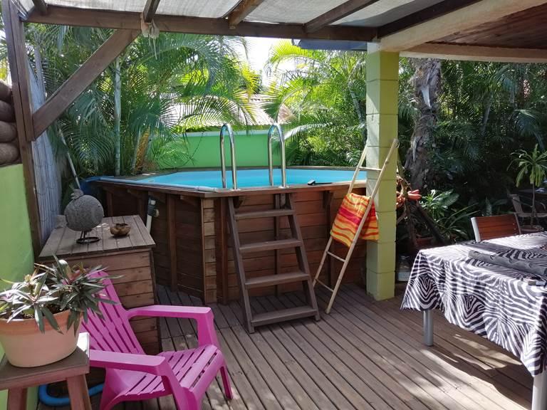 La terrasse, près de la piscine, dans un jardin tropical