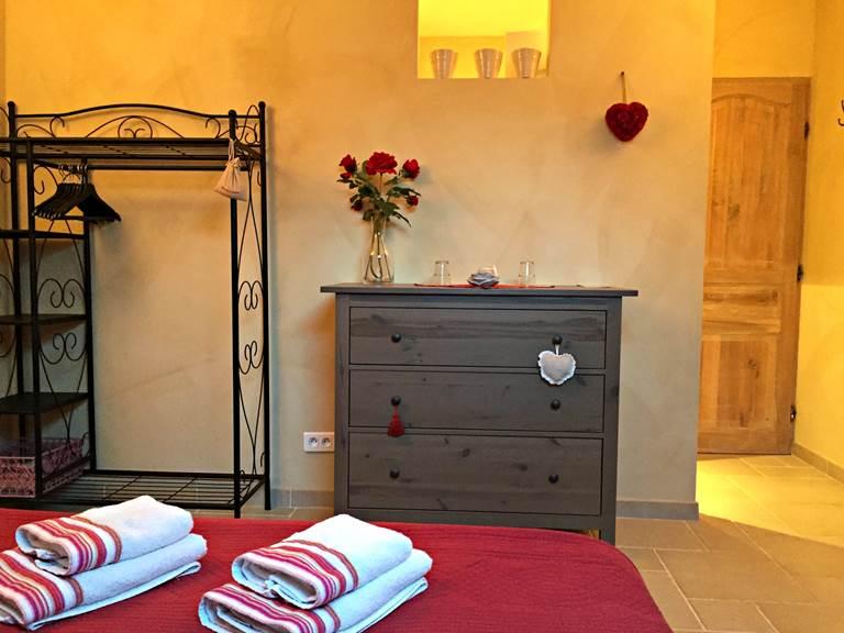 La chambre Roses de Cahors, murs peints à la chaux