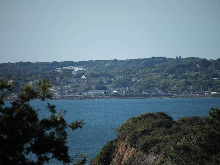 La côte est extrêmement découpées, vue d'ici, au delà du bras de mer, la presqu'ile de Plougastel-Daoulas