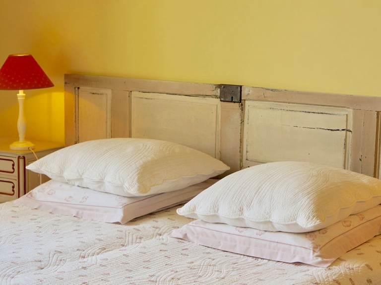 lit queen size chambre tomette aux  chambres d'hôtes la Rougeanne près de Carcassonne dans l'Aude