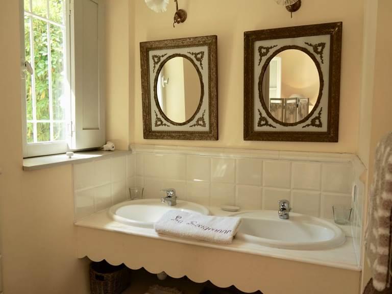 salle de bain de la chambre Acanthe  aux chambres d'hôtes la Rougeanne près de Carcassonne dans l'Aude