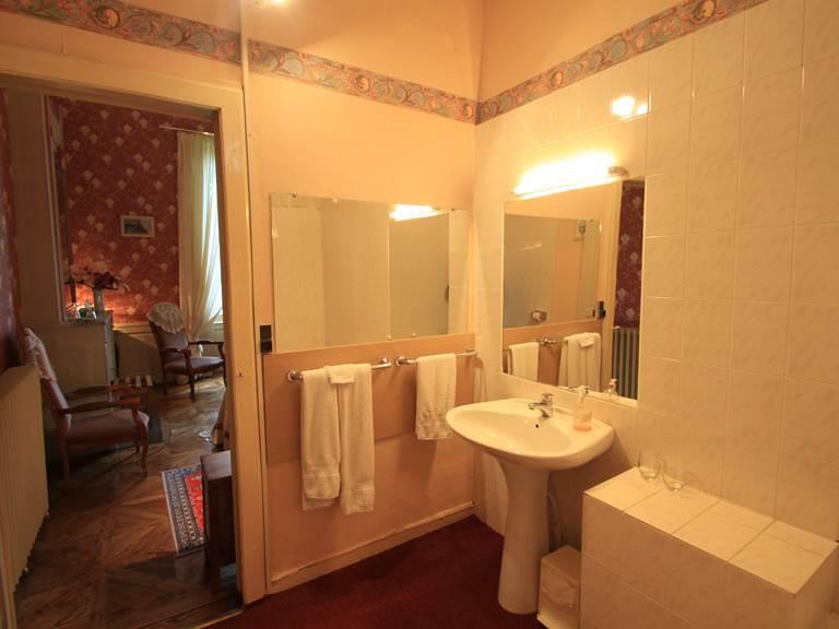 Chambre Delavier   salle de bain avec baignoire