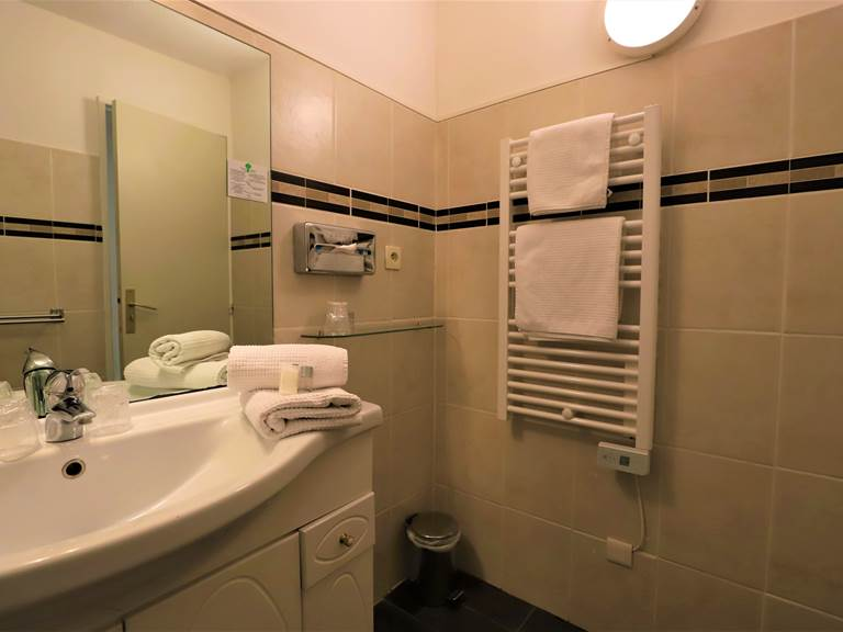 Salle de bain avec douche ou douche sur baignoire