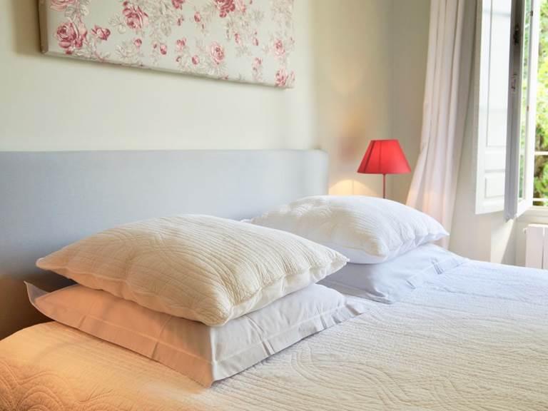 Chambre jasmin Lit queen size chambres d'hôtes la Rougeanne près de Carcassonne dans l'Aude