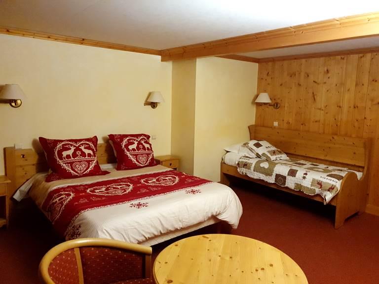 Chambre Triple avec balcon face aux pistes de ski de l'espace diamant. Hôtel Le Mont Bisanne hôtel à Crest-Voland