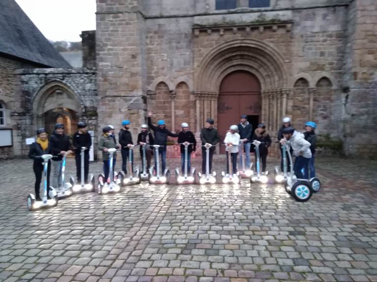 Equipe , pose photo , place de l'Abbaye de Lehon. 112018