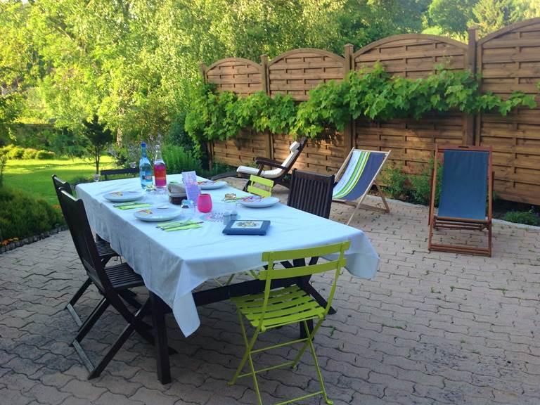 La terrasse en été, pour la table d'Hôtes ou le petit-dejeuner