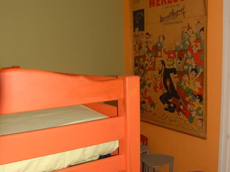 La chambre des enfants avec un lit superposé et un lit tiroir