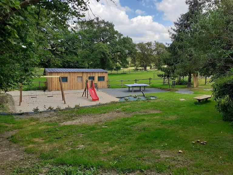 caravane sédentarisée et aire de jeux la chevauchée en creuse camping