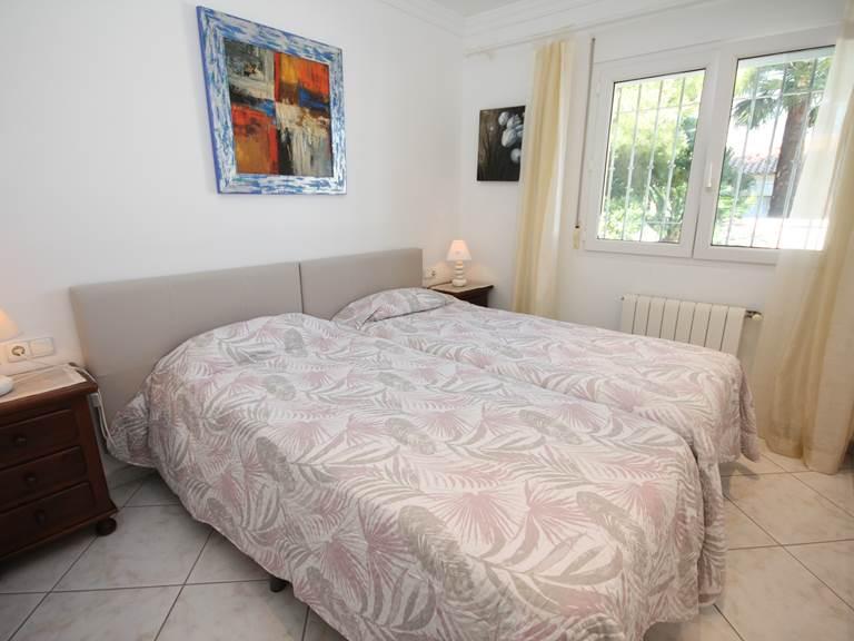 chambre deux lits une place côté cour piscine-gites-st-roch