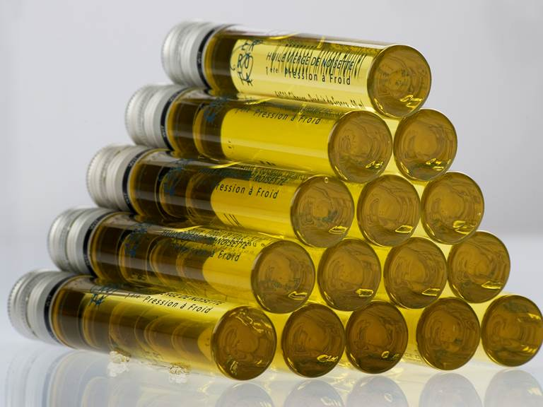 L'huile vierge de noisette de première pression à froid