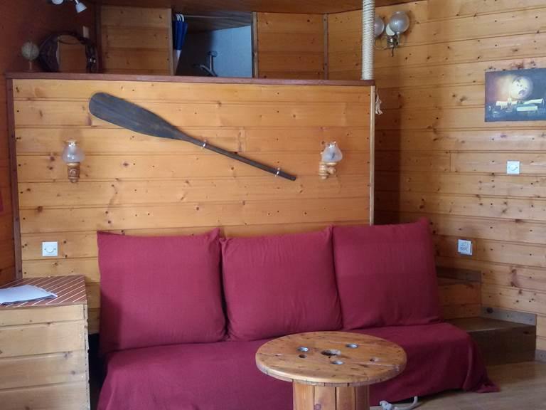 Coin salon avec lit escamotable