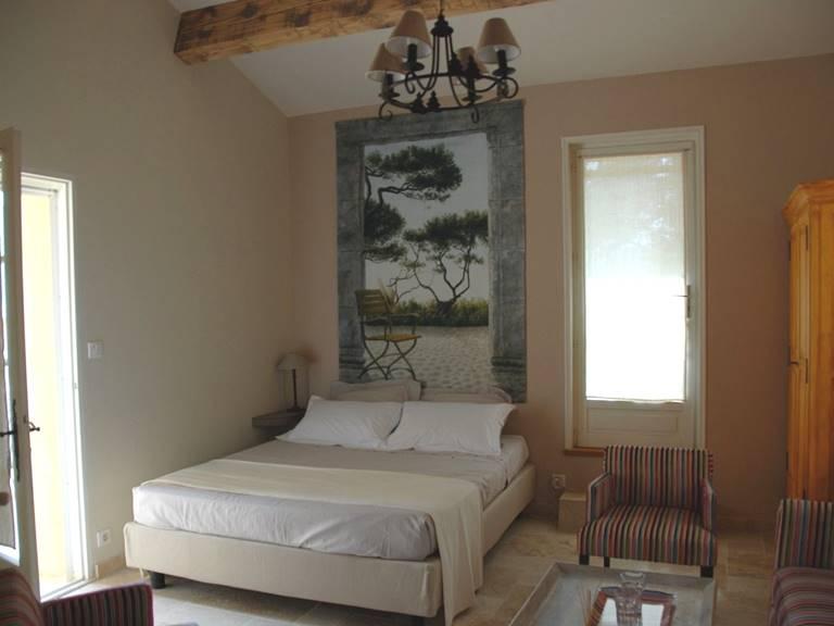 Chambre avec lit en 160 cm avec petit salon