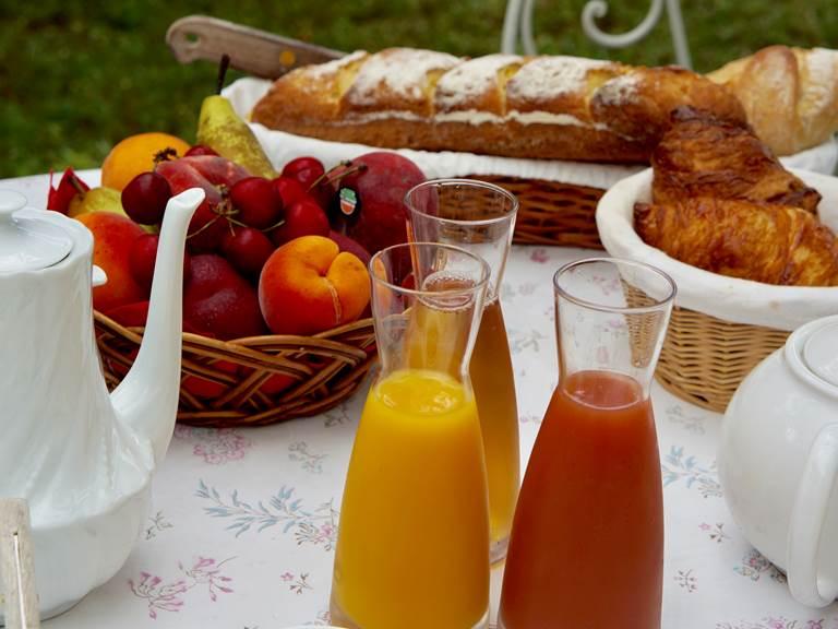 Chambre Petit déjeuner continental aux chambres d'hôtes la Rougeanne près de Carcassonne dans l'Aude