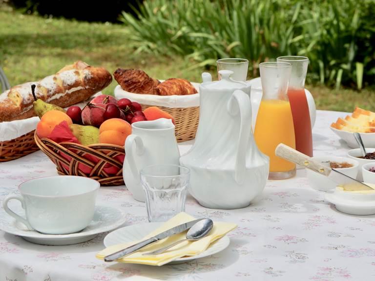 Petit déjeuner aux chambres d'hôtes la Rougeanne près de Carcassonne dans l'Aude