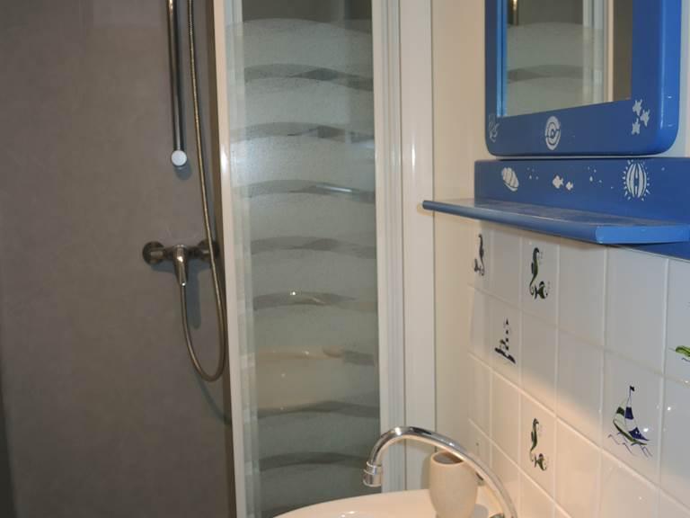 Clos de la Fontaine Dinard, salle de bain douche et WC du 1