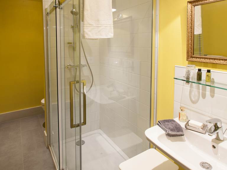 Salle de bain privative avec douche et WC