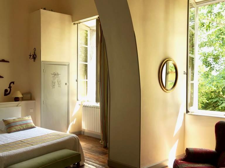 Les fenêtres de la chambre d'hôtes Verveine à la Rougeanne à Carcassonne, Canal du Midi en Pays Cathare