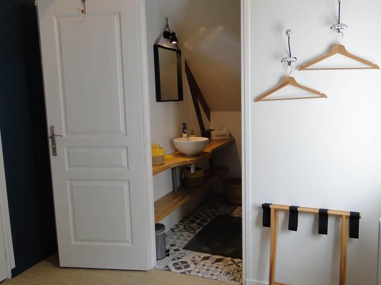 Dans la chambre de Lucie, vue sur la salle de bain