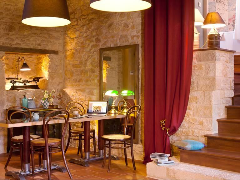 Tables et chaises de bistrot pour un coin bureau de charme