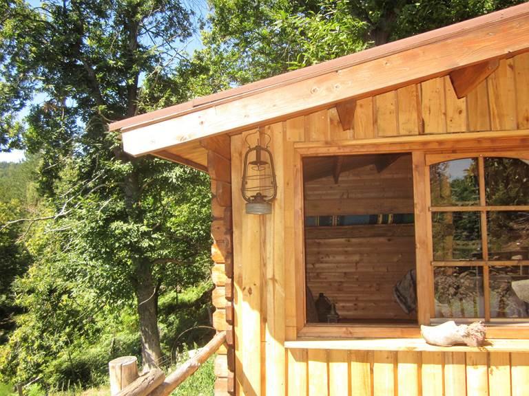 asinerie-badjane-cabane-du-trappeur-angle-avec-lanterne