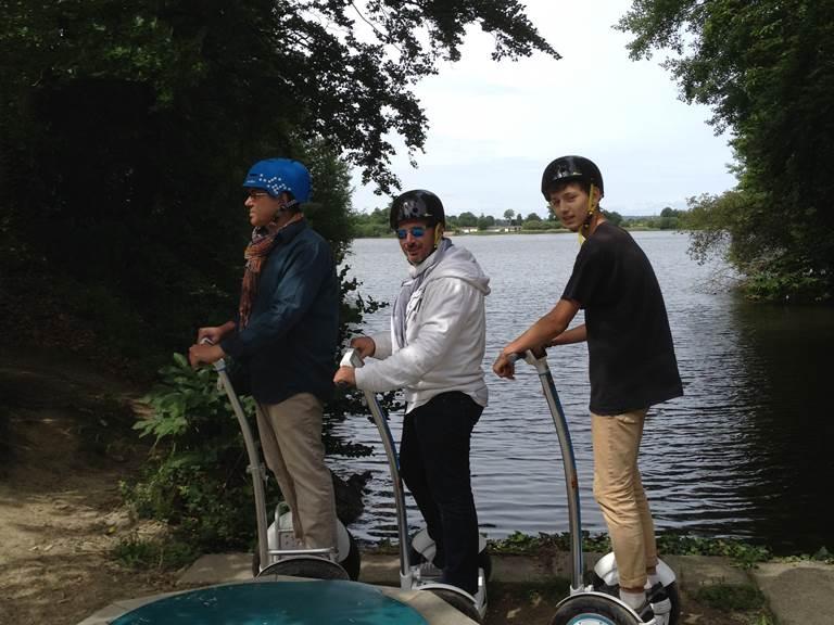 Equipe au bord de l'étang de Bazouges