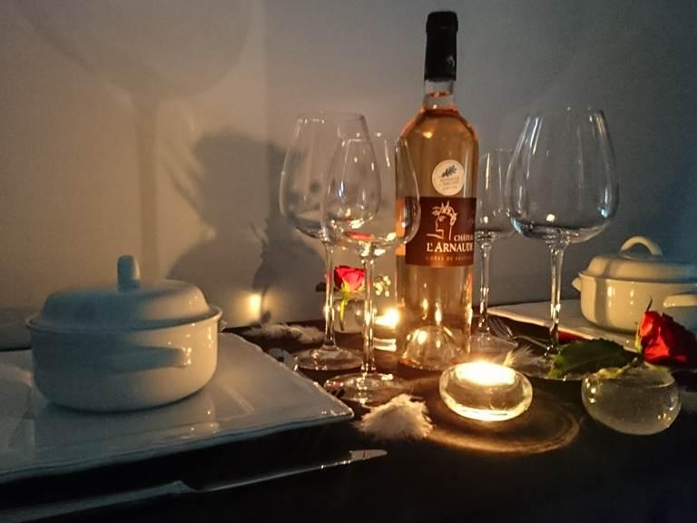 diner romantique table d'hotes repas servi sur plateau en terrasse ou en chambre