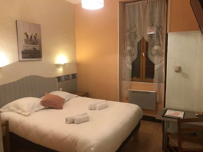 chambre double bâtisse côté rue, au 1er étage, à Boulazac, Périgueux