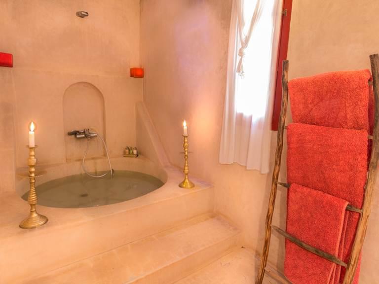 riad Baoussala Essaouira - chambre Rouge - salle de bain - baignoire ronde en tadelak