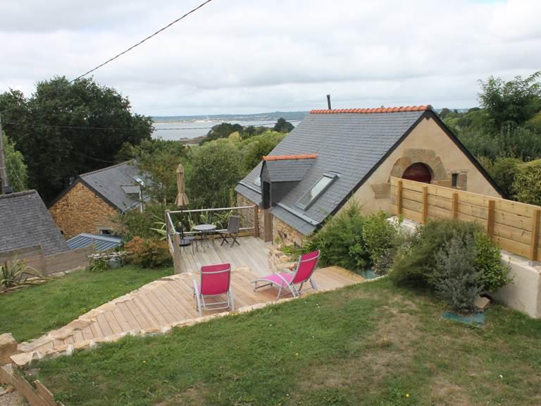 Le jardins avec ses terrasses en hauteur pour la maison de vacances