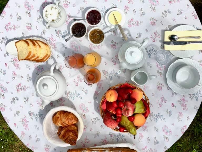 Petit déjeuner compris pour une nuit dans la chambre d'hôte Verveine à la Rougeanne à Carcassonne, Canal du Midi en Pays Cathare